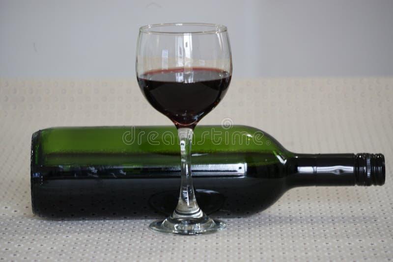 Glas des Rotweins und der Flasche stockfotografie