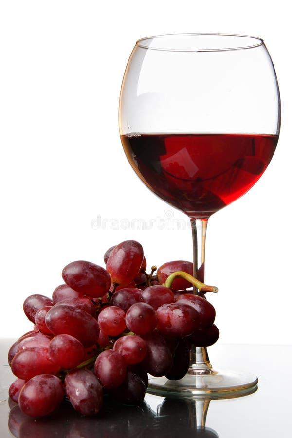 Glas des Rotweins und der Traube stockfoto