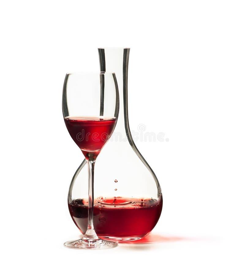 Glas des Rotweins und des Dekantiergefäßes lokalisiert auf weißem Hintergrund stockbilder