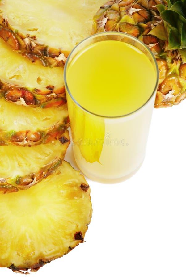 Glas des Safts und der Ananas lizenzfreie stockfotografie