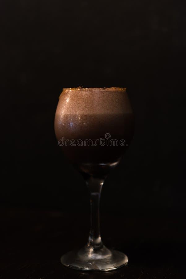 Glas des Schokoladen- oder Kaffeecocktails in der zurückhaltenden Beleuchtung lizenzfreie stockfotos