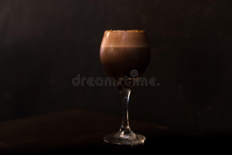 Glas des Schokoladen- oder Kaffeecocktails in der zurückhaltenden Beleuchtung stockbilder