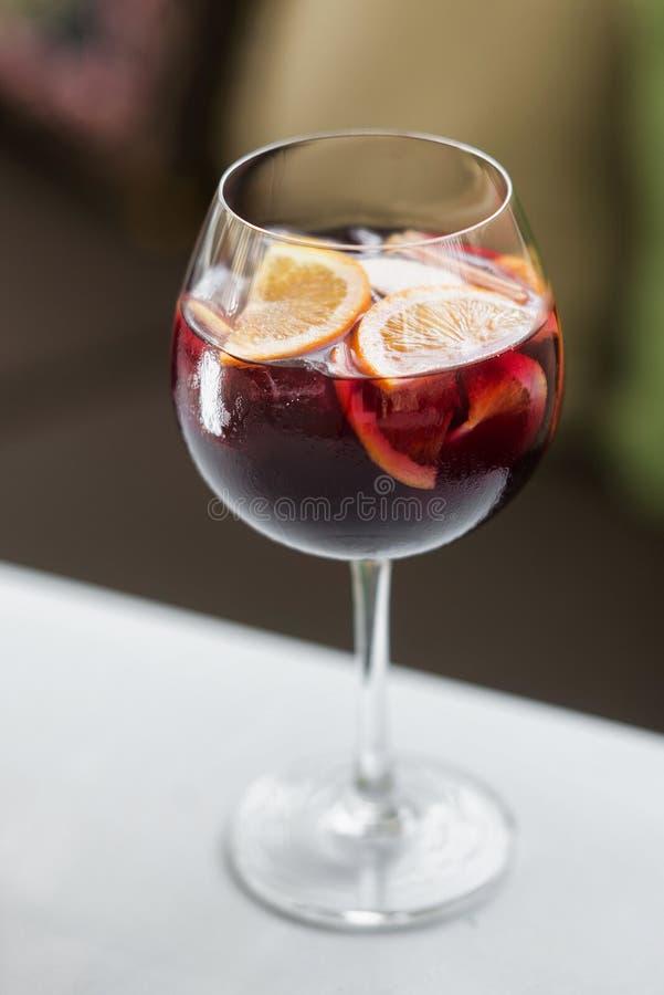 Glas des spanischen Rotwein-Cocktailgetränks der Sangria stockfoto