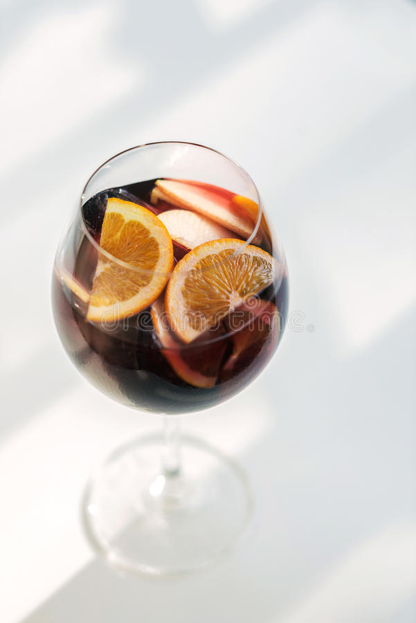 Glas des spanischen Rotwein-Cocktailgetränks der Sangria stockbild