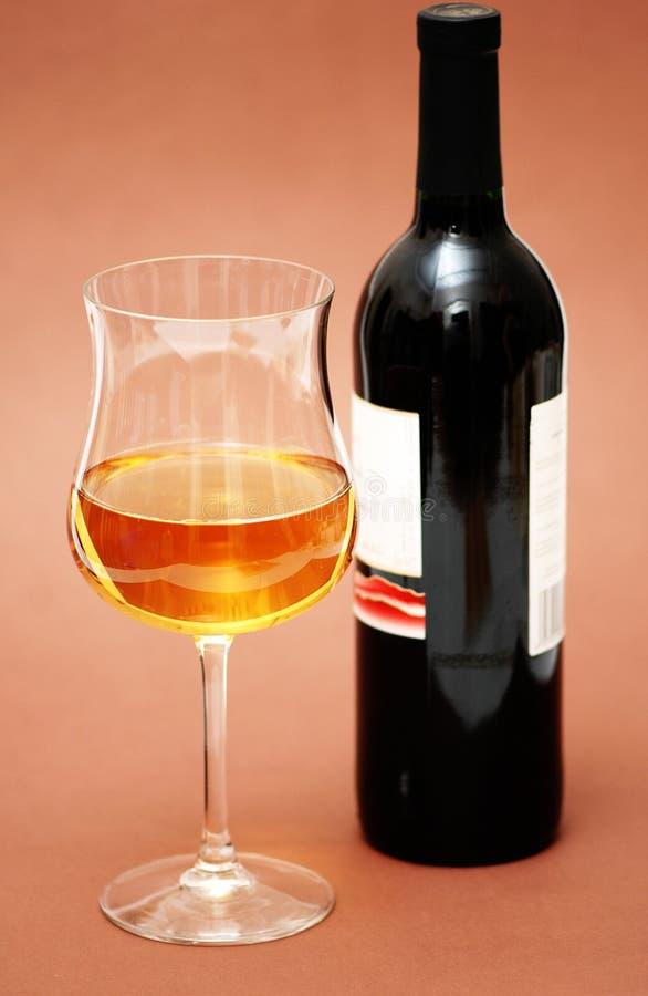 Glas des Weins und der Flasche ein   stockfoto