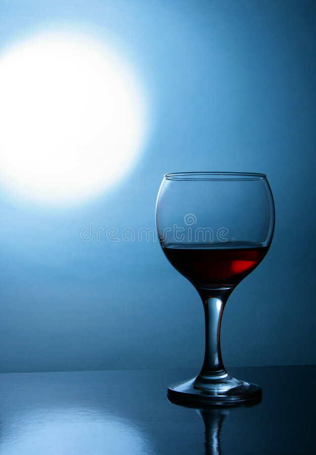 Glas des Weins und des Mondes lizenzfreie stockfotos