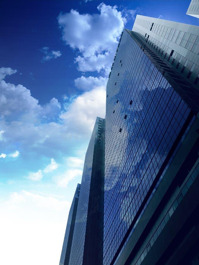 Glas die op de blauwe hemelwolk wijzen stock afbeeldingen