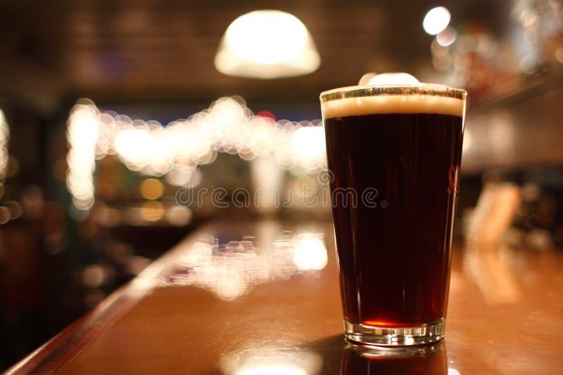 Glas donker bier royalty-vrije stock afbeelding