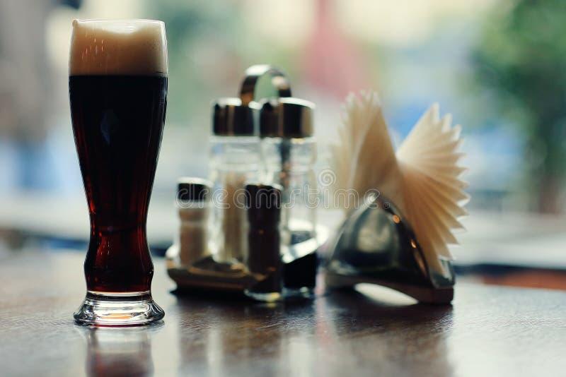 Glas donker bier stock afbeeldingen