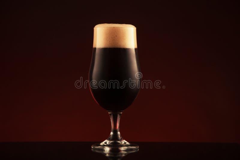 Glas dunkles Bier lizenzfreie stockfotos