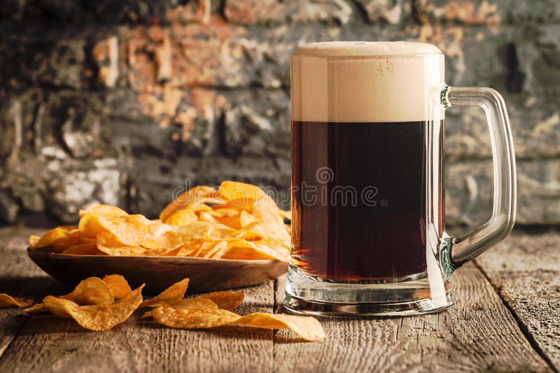 Glas dunkles Bier stockfotos