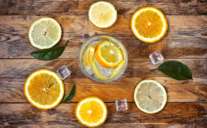 Glas eigengemaakte limonade, sinaasappel, citroen, ijsblokje royalty-vrije stock fotografie