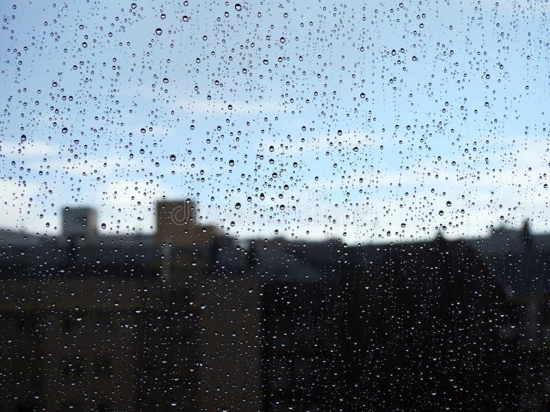Glas eines Fensters naß vom Regen stockfotografie