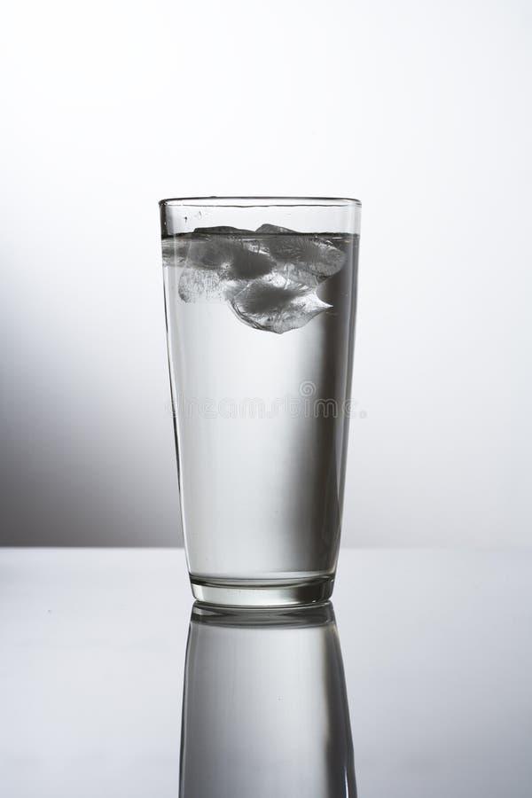 Glas Eis-Wasser lizenzfreies stockbild