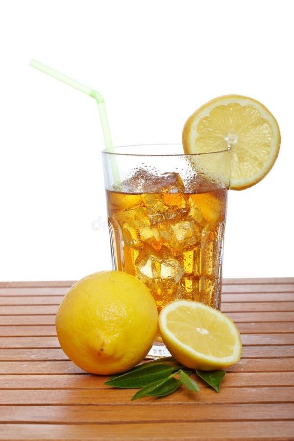 Glas Eistee mit Zitrone lizenzfreie stockbilder