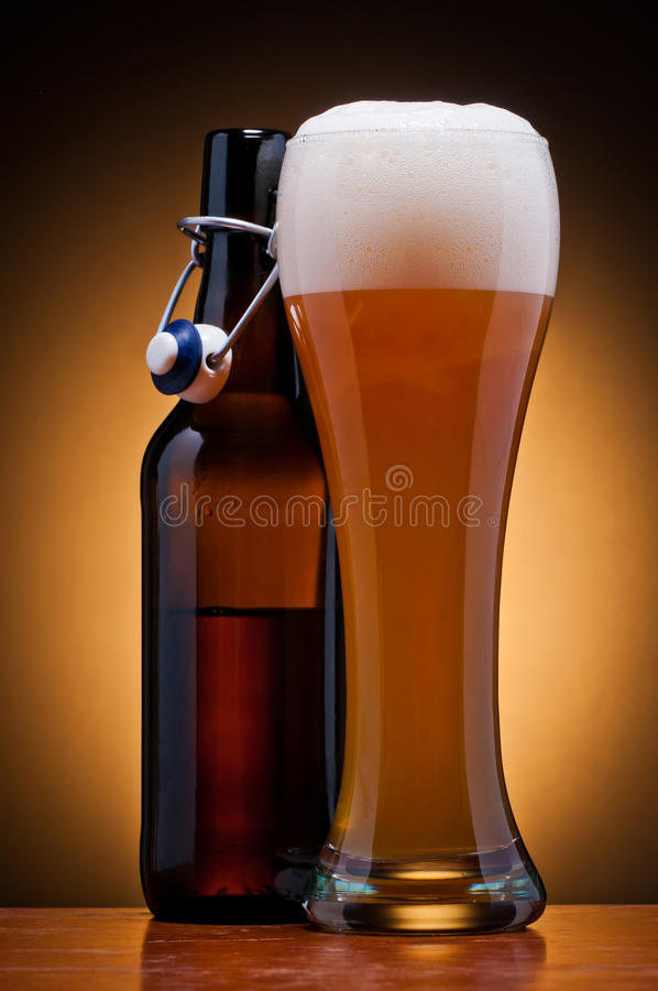 Glas en fles bier royalty-vrije stock afbeelding