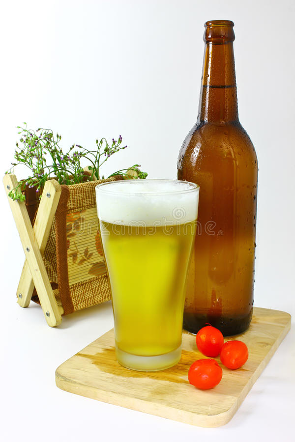 Glas en fles met bier royalty-vrije stock foto's