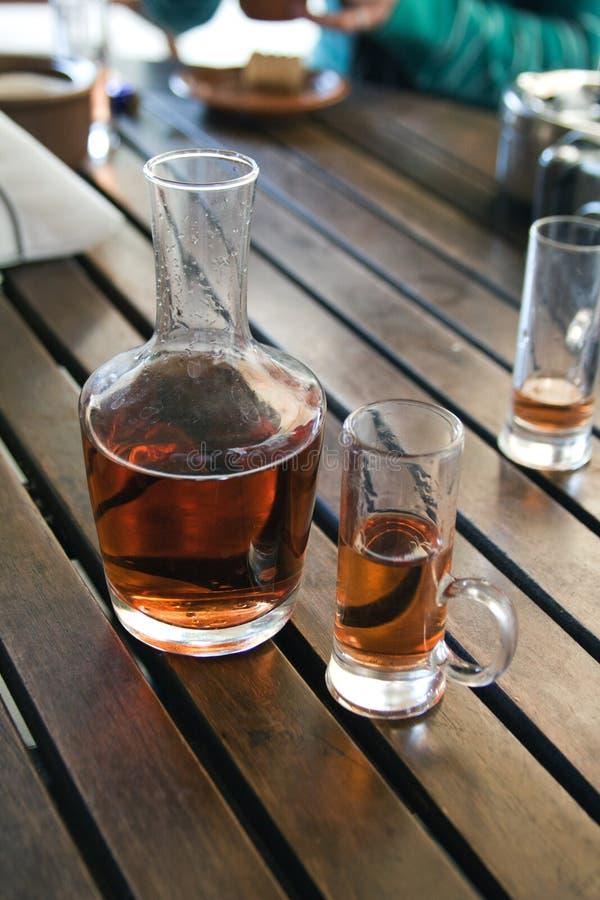 Glas en fles met pruimtint royalty-vrije stock afbeelding