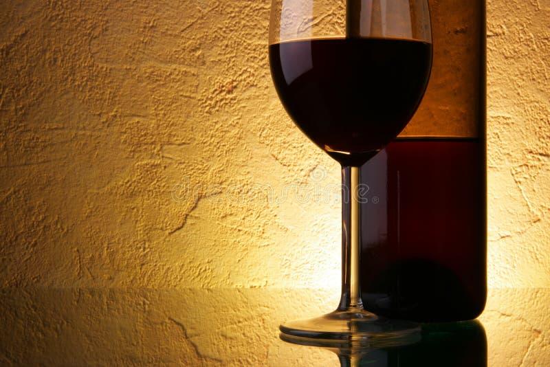 Glas en fles met wijn stock foto's
