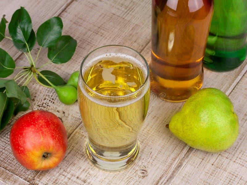 Glas en flessen cider royalty-vrije stock foto's