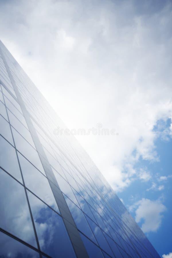 Glas en wolken met wolkenkrabber royalty-vrije stock foto's