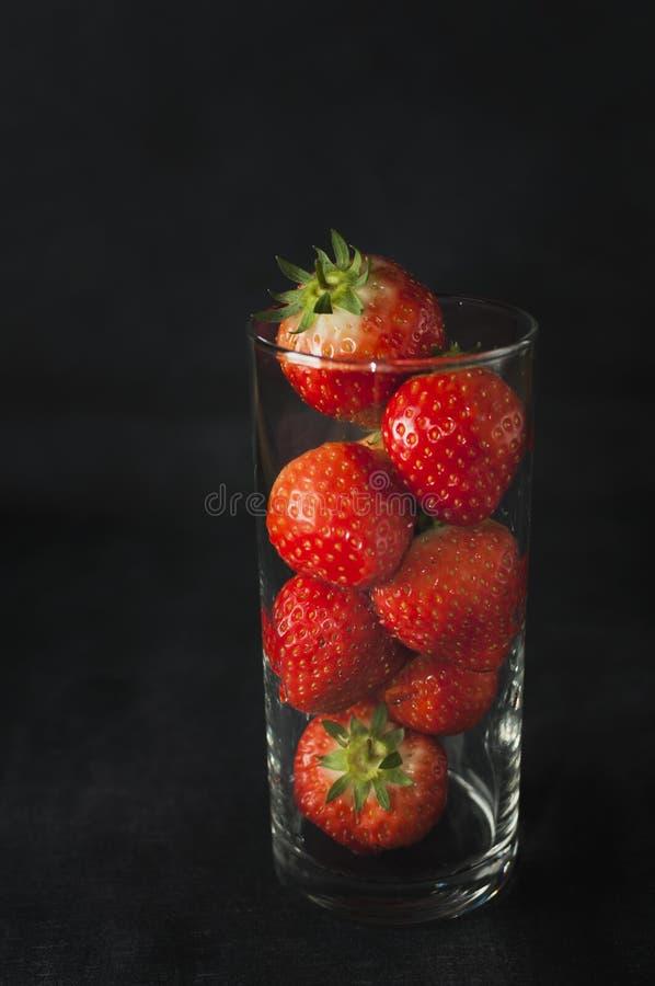 Glas Erdbeeren lizenzfreie stockbilder