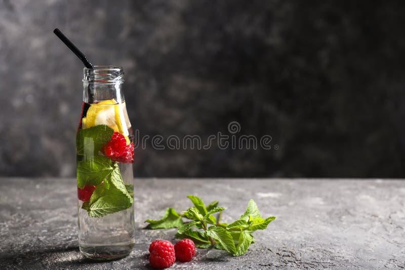 Glas- Flasche frisches Himbeeren-mojito auf dunkler Tabelle lizenzfreies stockbild