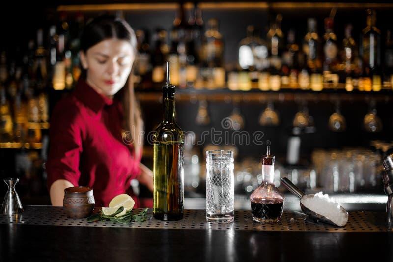 Glas, Flasche und andere Kellnerwesensmerkmale auf dem Stangenzähler stockfotos