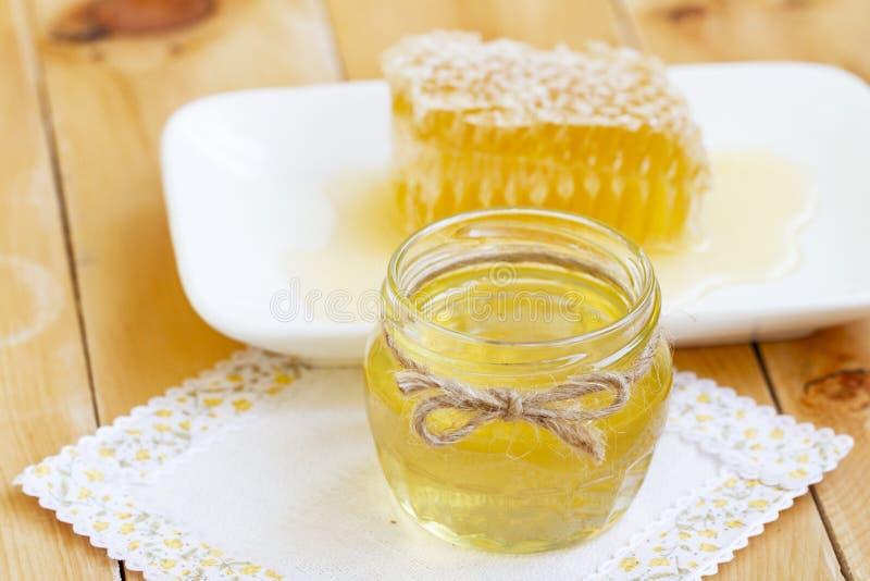 Glas frischer Honig mit Honigkamm gesunde organische Naturprodukte flüssiger Honig und frische Bienenwabe auf rustikalem hölzerne stockfotos