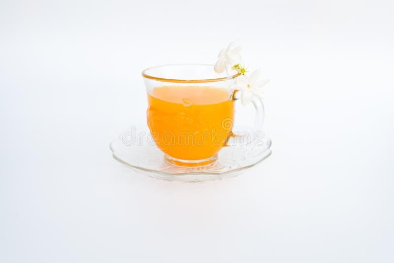 Glas frischer Orangensaft auf weißem Hintergrund lizenzfreie stockbilder