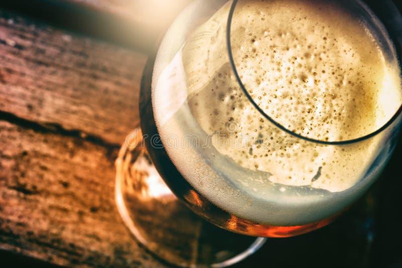 Glas frisches Bier in der rustikalen Kneipe, Draufsicht lizenzfreies stockfoto