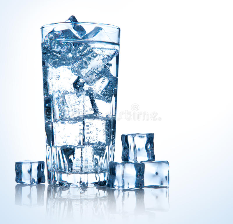Glas frisches kühles Wasser mit Eis lizenzfreies stockfoto