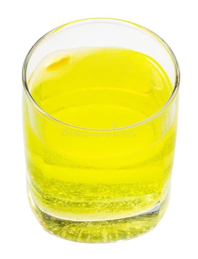 Glas geel sodawater met vitamine C stock afbeelding