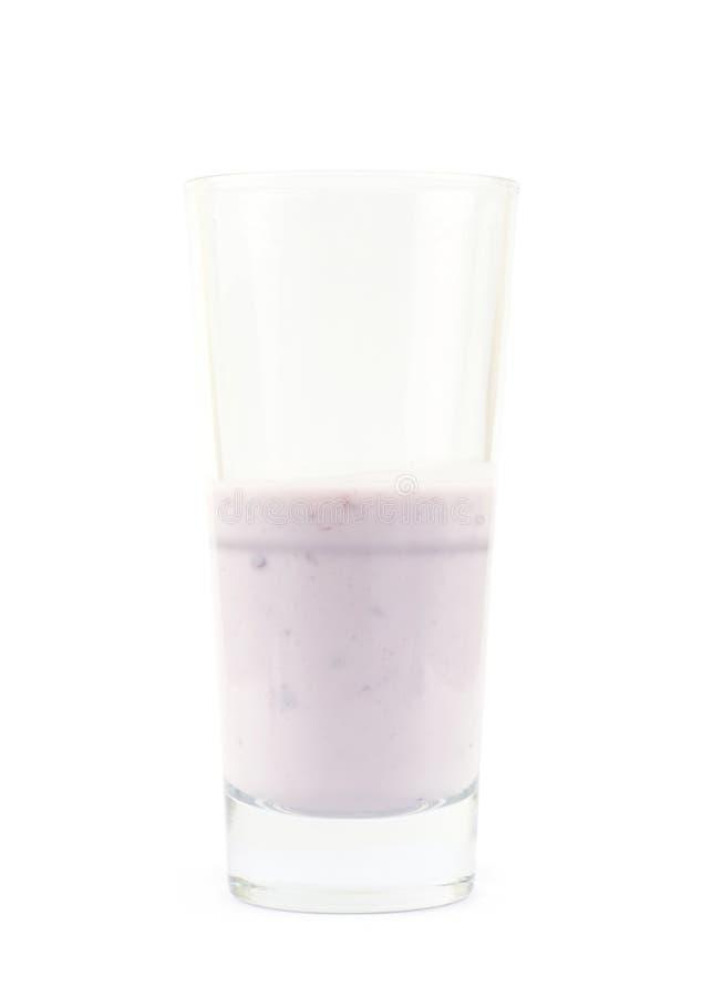 Glas gewürzter Jogurt lokalisiert stockbilder
