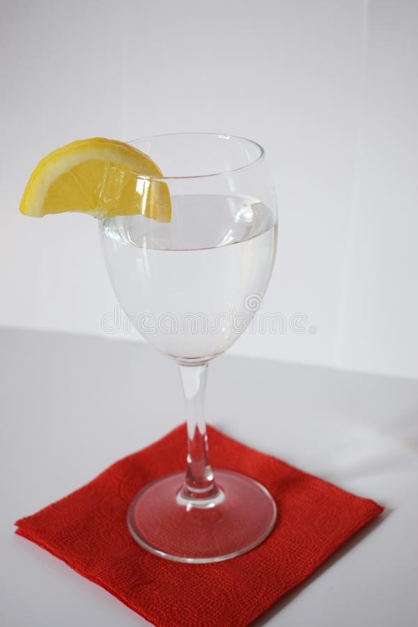 Glas/Glas mit Zitrone lizenzfreie stockfotografie