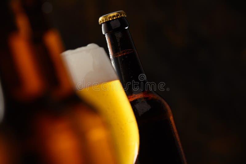Glas gloeiend gouden schuimend bier royalty-vrije stock foto's