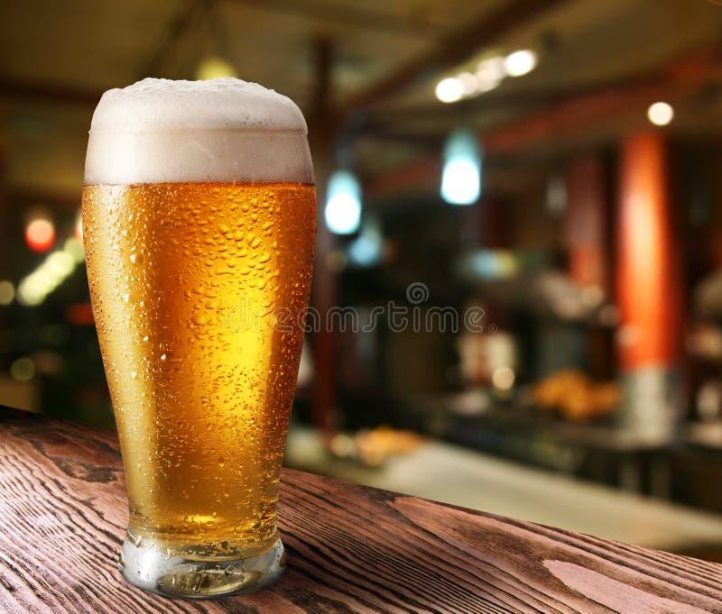 Glas helles Bier lizenzfreie stockfotos