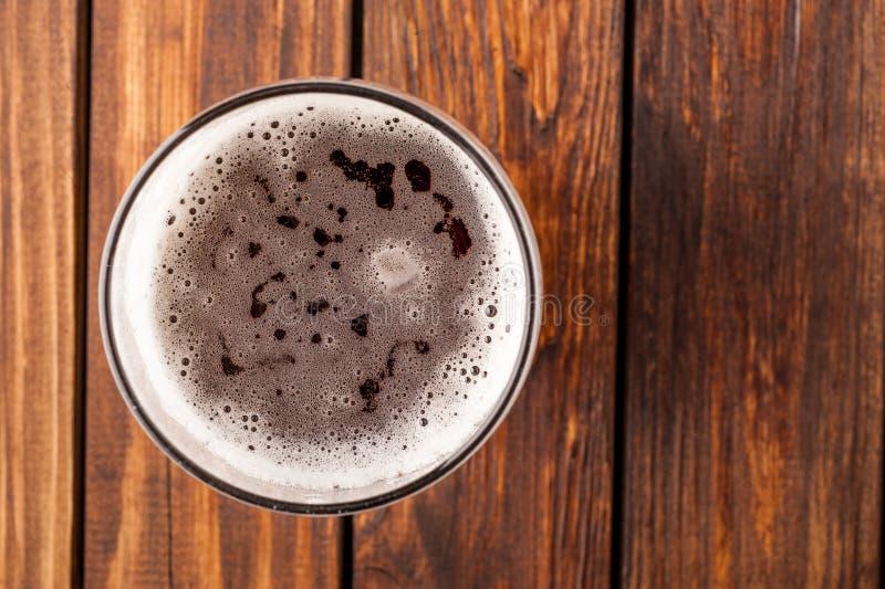 Glas helles Bier auf einem alten Holztisch Beschneidungspfad eingeschlossen lizenzfreie stockfotos