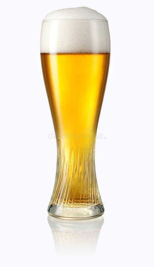 Glas helles Bier lokalisiert auf Weiß. Beschneidungspfad stockfoto