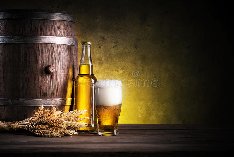 Glas helles Bier mit Schaumgummi stockfotos