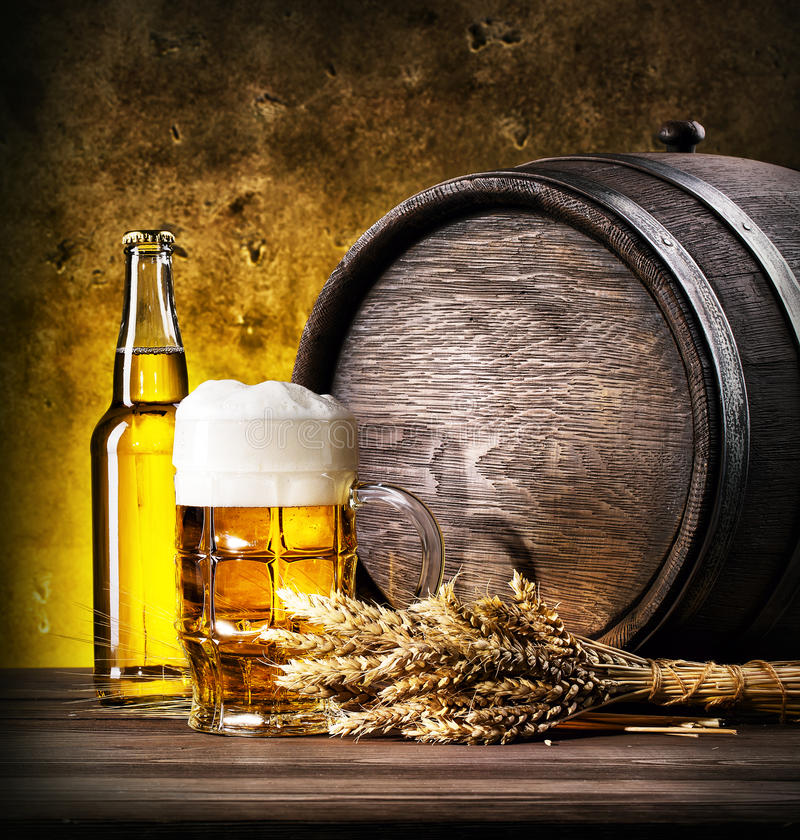 Glas helles Bier mit Schaumgummi lizenzfreies stockbild