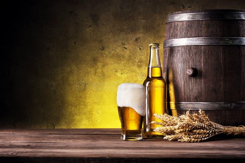 Glas helles Bier mit Schaumgummi stockbilder