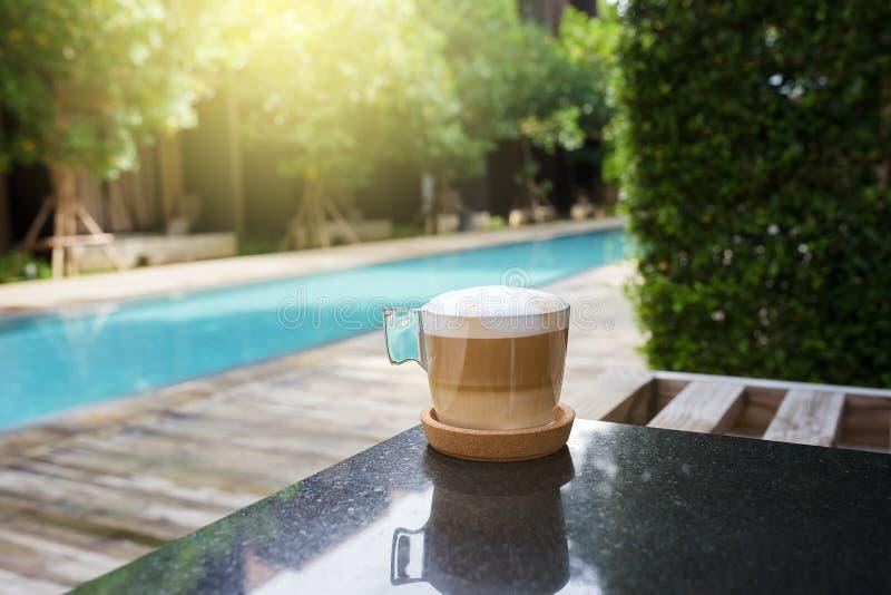 Glas hete koffie stock afbeeldingen