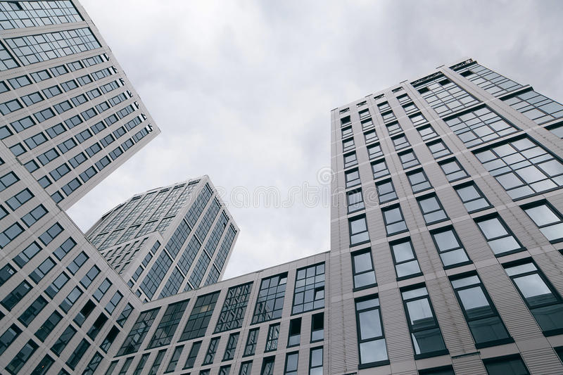 Glas, hoge die stijgingsgebouwen, worden genomen van onderaan office gebouwen royalty-vrije stock fotografie