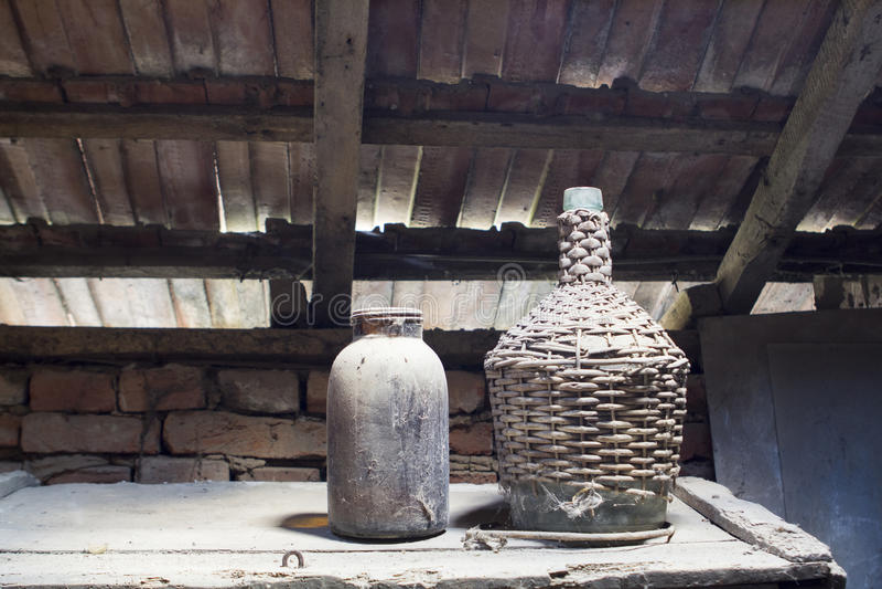 Glas, houten en metaalvoorwerpen in de zolder met stof en spiderwebs stock afbeelding