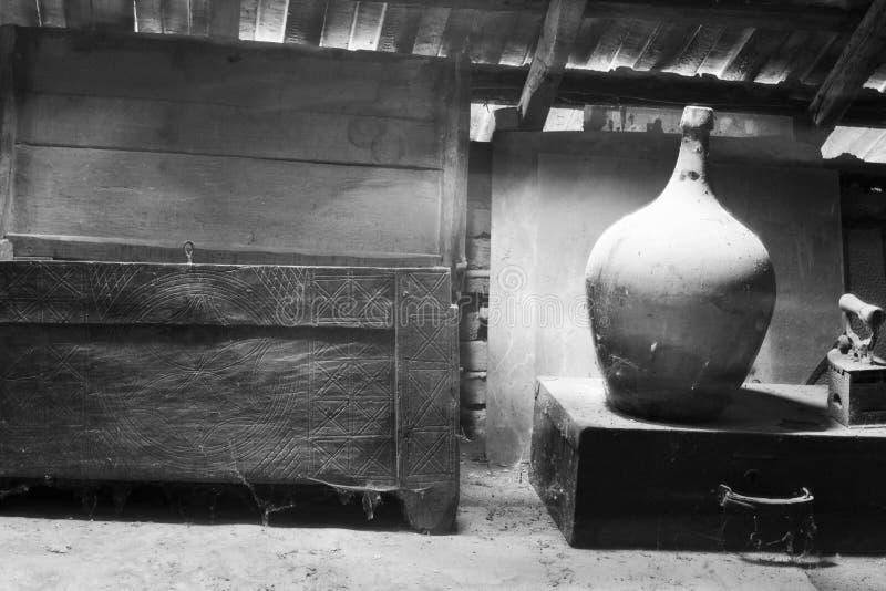 Glas, houten en metaalvoorwerpen in de zolder met stof en spiderwebs royalty-vrije stock foto