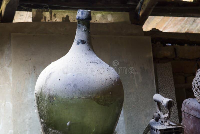 Glas, houten en metaalvoorwerpen in de zolder met stof en spiderwebs royalty-vrije stock foto's