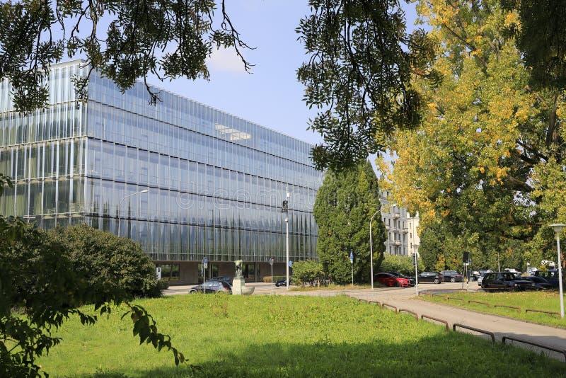 Glas i arkitektur: En exponeringsglasfasad och en modern byggnad royaltyfria foton