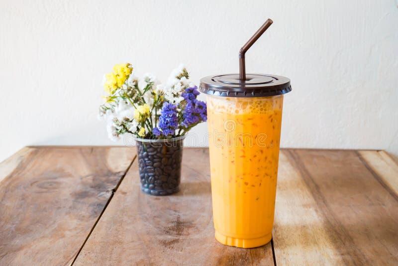 Glas ijs Thaise thee op houten lijst klaar te drinken royalty-vrije stock afbeelding
