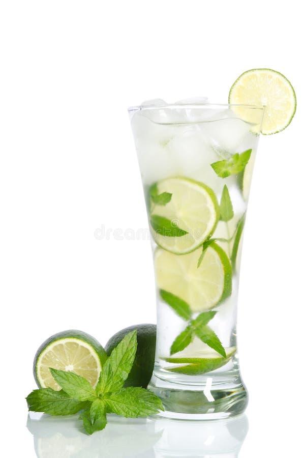 Glas ijswater met citroen en munt stock foto's